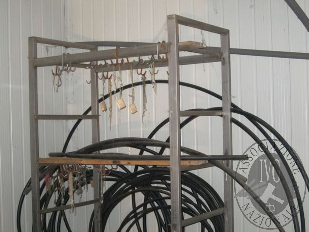 N.3 scaffali in acciaio da cm.120x200x70 circa a 6 ripiani di legno