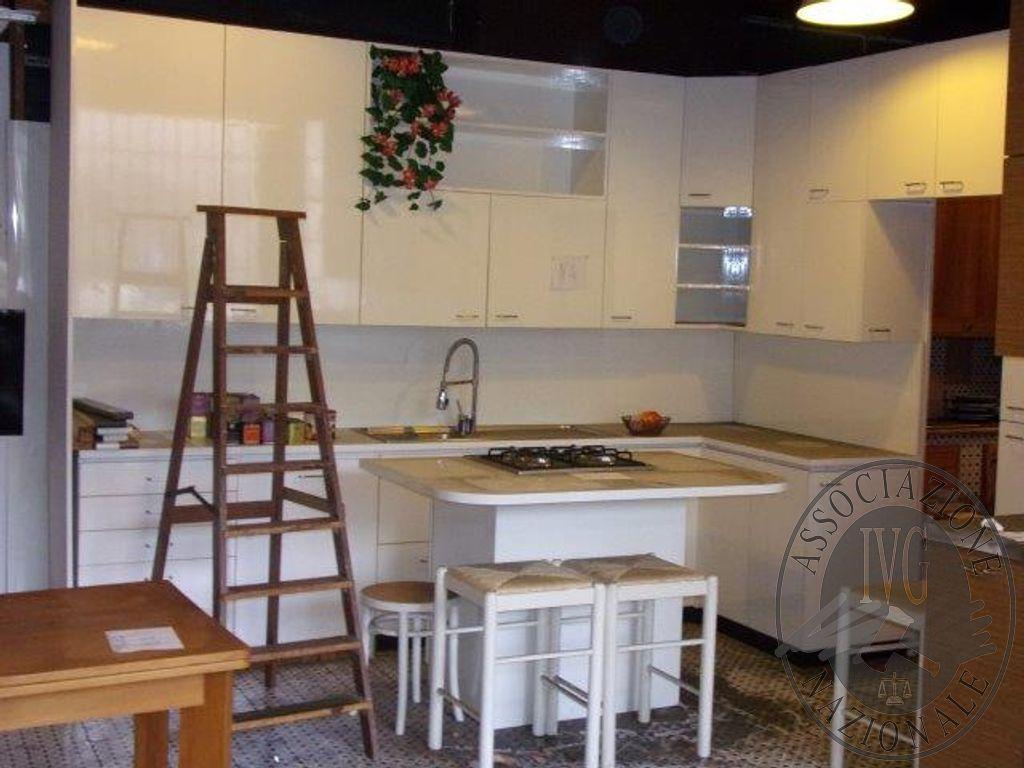 Cucina modulare color bianco lucido con lavello e piano cottura in
