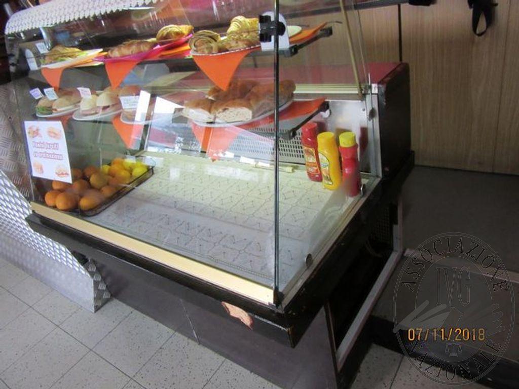 Una vetrinetta espositiva da bar e n. 3 sgabelli