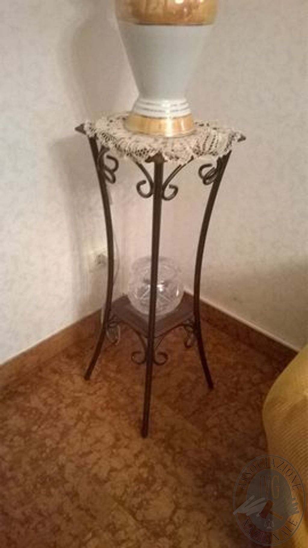 Porta Lampada Vaso In Ferro Battuto Nero Con N 2 Piani In Vetro E