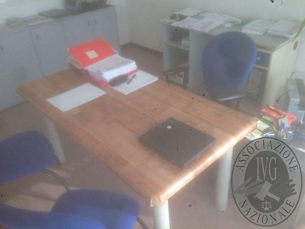 Tavolo Di Ufficio : Ufficio composto da tavolo di forma rettangolare con quattro piedi