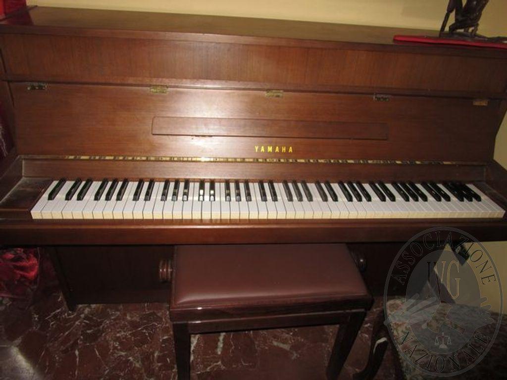 PIANOFORTE VERTICALE MARCA YAMAHA CON MOBILE IN LEGNO COLORE MARRONE ...