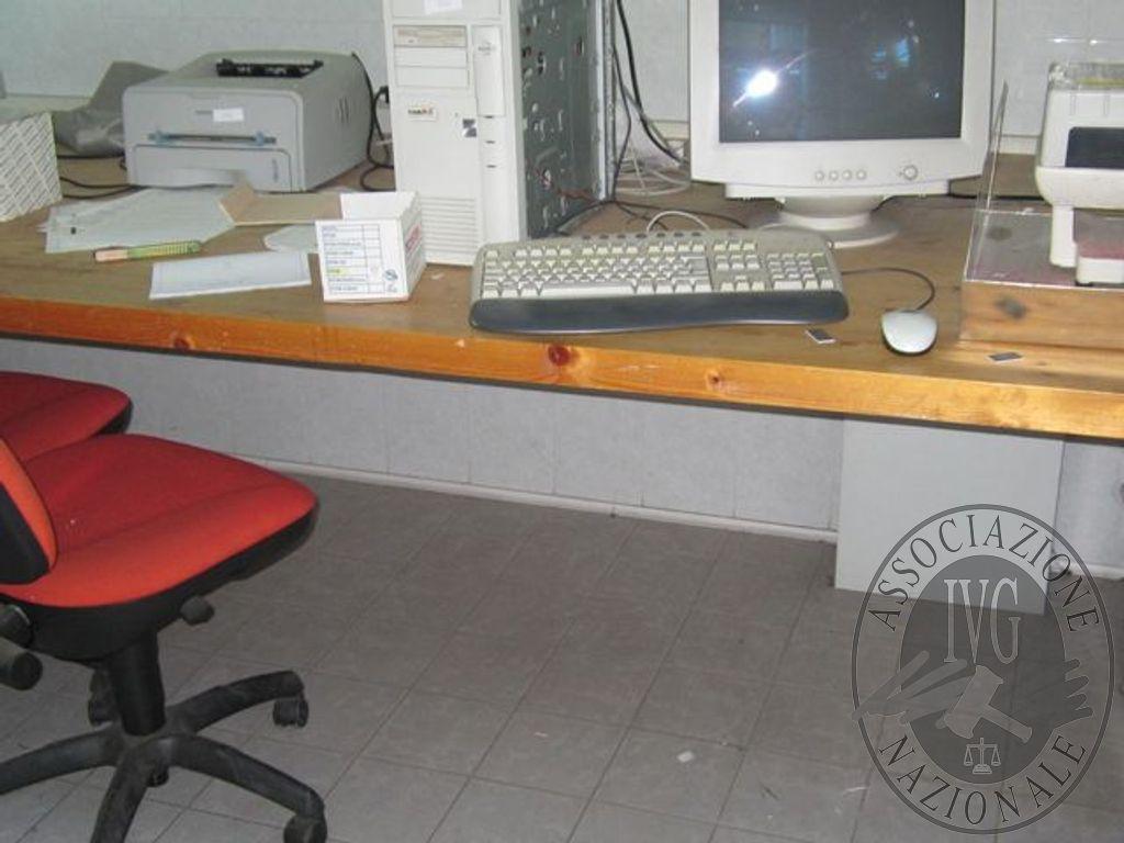 Ufficio tecnico: piano di lavoro in legno su due cavalletti cm