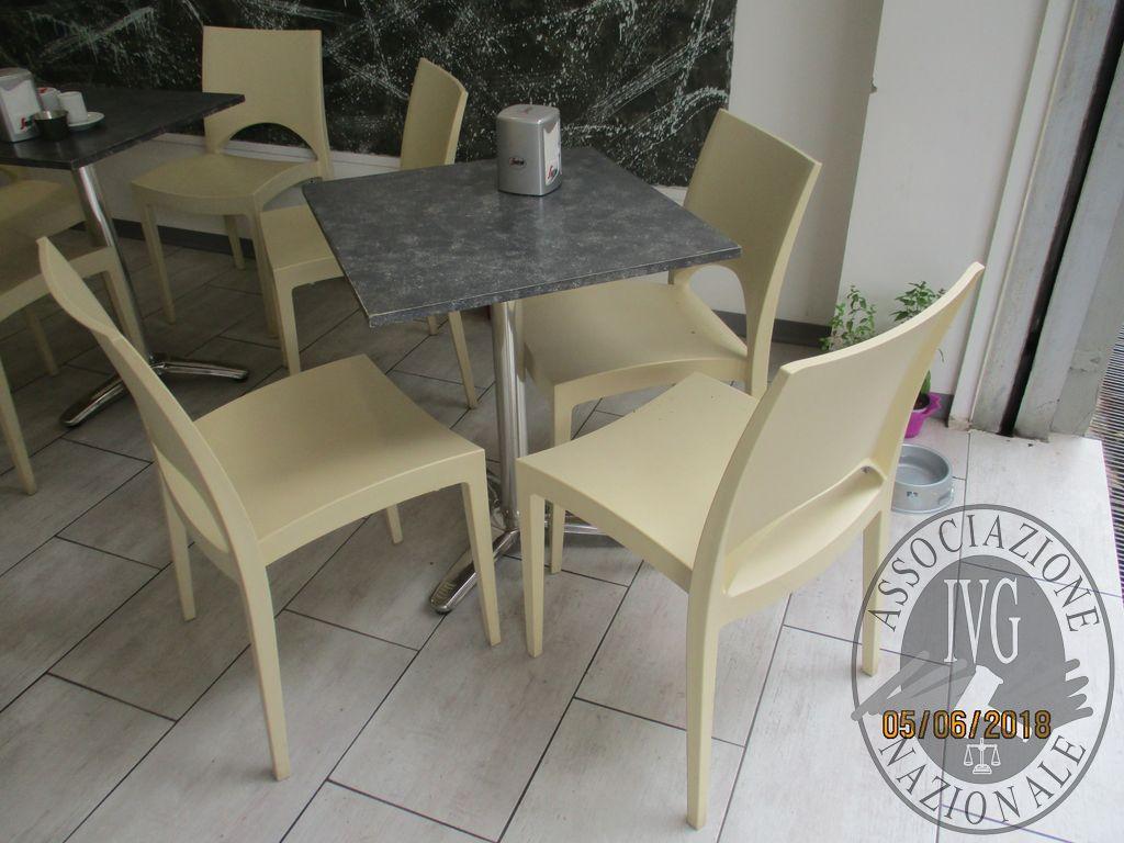 N.5 tavoli n.14 sedie n.2 sgabelli
