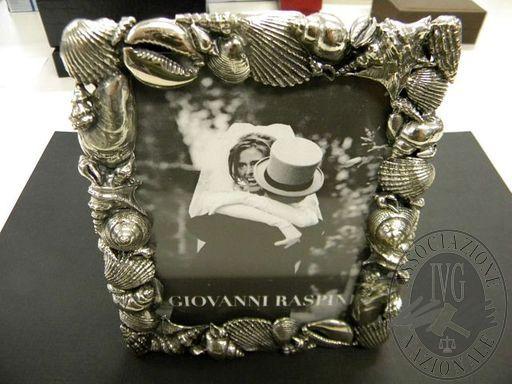 Una cornice in argento Un portatovagliolo in argento con scritta ...