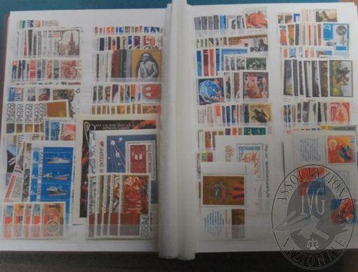 Francobolli da collezione: Francia, Germania, Italia, Svizzera, Belgio e altri stati (lotto 130), raccoglitore con francobolli nuovi, carnet e brochures, oltre a 1.560 francobolli usati