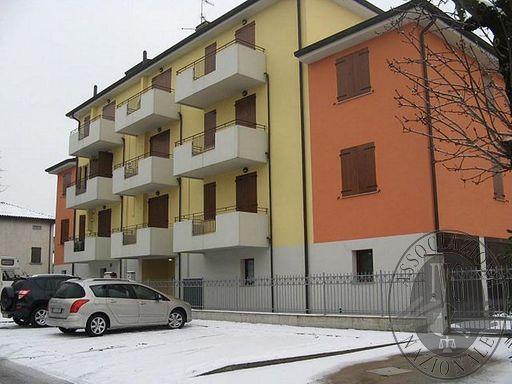 Appartamento al primo piano con cantina e autorimessa in Novellara (RE)