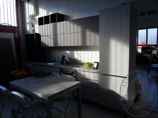 Fall. Dseven Srl n. 753/2018 - Cucina mod. Erika con ante laminato quercia e pensili laccati, piano cottura, forno, frigo con congelatore, 4 pensili ante vasistas, 3 pensili, tavolo allungabile, 4 sedie metallo e tessuto + boiserie con 2 mensole (lotto 4)