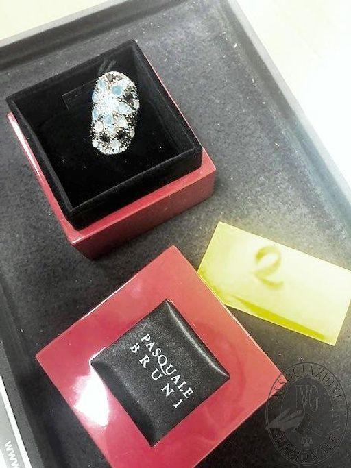 """Lotto 2: Anello in oro con diverse pietre di diversi colori. Peso complessivo lordo - con pietre - 16,00 grammi. Provvisto di astuccio con logo """"Pasquale Bruni"""""""