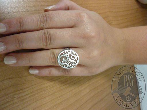 Anello in oro bianco incassato con diamanti taglio brillante 0.12 ct.