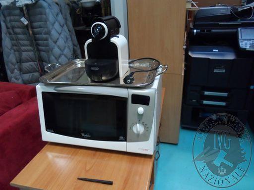 Fall. Geifin Spa n. 44/2018 - Forno a microonde Whirpool + macchina caffè De Longhi + vassoio metallo argentato con manici