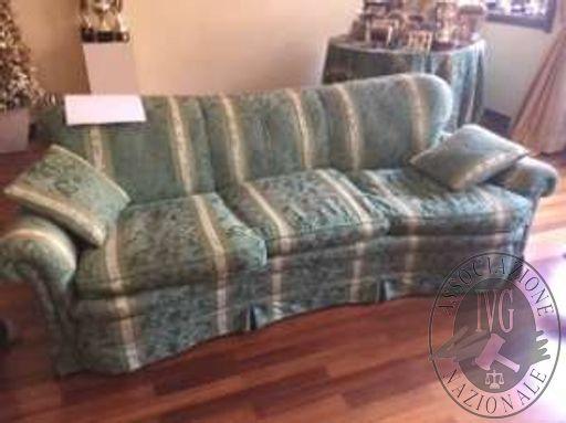 Coppia di divani in tessuto a due e tre posti di colore verde