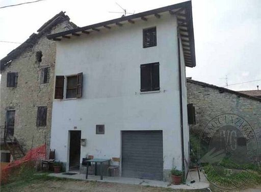 Casa su tre piani con due appezzamenti di terreno in Baiso (RE)