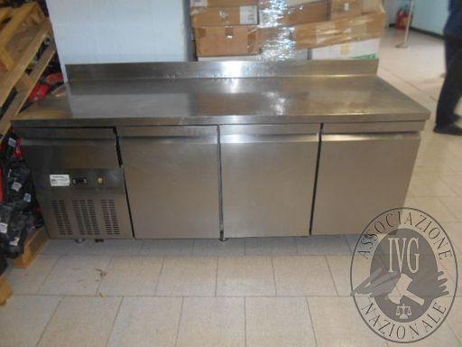 Banco frigo marca Ristotecnica 200x80x80 circa a 3 ante e 1 cassetto