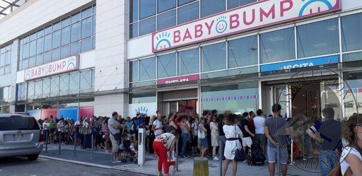 La fila per entrare in negozio Baby Bump