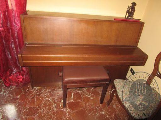 PIANOFORTE VERTICALE MARCA YAMAHA CON MOBILE IN LEGNO COLORE MARRONE E SGABELLO