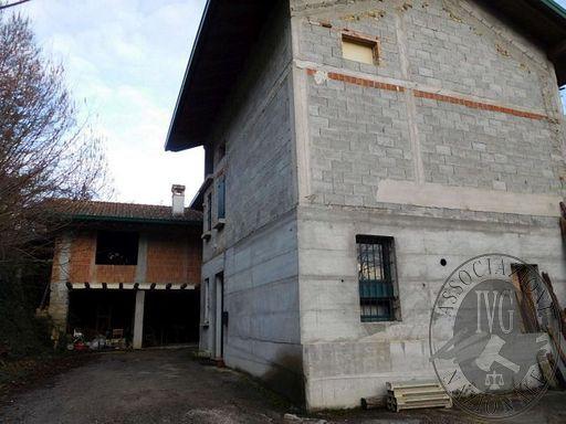 Casa di civile abitazione su due piani fuori terra, oltre soffitta, con annesso fabbricato al grezzo e terreno di pertinenza del fabbricato.