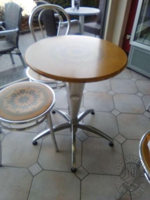 12 Tavoli di cui 6 piani in simillegno e 6 in similpelle e 32 sedie di cui 20 sedie in acciaio con seduta in similegno e 12 sedie da esterno in plastica
