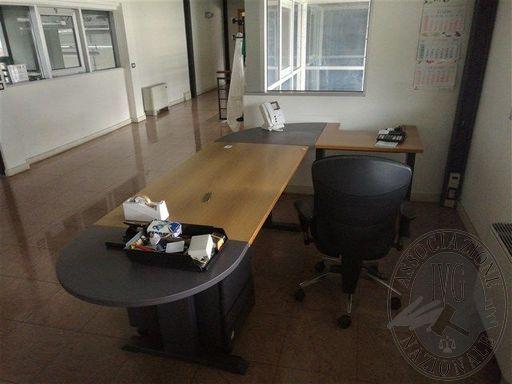 Stock di mobili e macchinari da ufficio