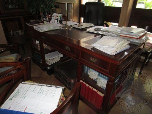SCRIVANIA IN LEGNO CON CASSETTI LATERALI POLTRONA IN SIMILPELLE NERAN.2 POLTRONE IN LEGNO E STOFFA FIORATADIVANO IN SIMILPELLE MARRONE VETRINA A N.4 SPORTELLI TAVOLINO DA SALOTTO (40x40)ARMADIO-CREDENZA CON N.4 SPORTELLI E N.4 CASSETTITV SHINELCO 1