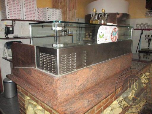 N.41 circa tavoli quadrati  N.150 circa sedie  Mobile vetrina frigorifero Friulinox  Armadio porta-abiti  N.2 mobili di servizio  Servizio vettovaglie completo per sala  N.2 mobili divisori in legno  N.1 forno a legna Ambrogi  Vetrina refrigerata per pizz