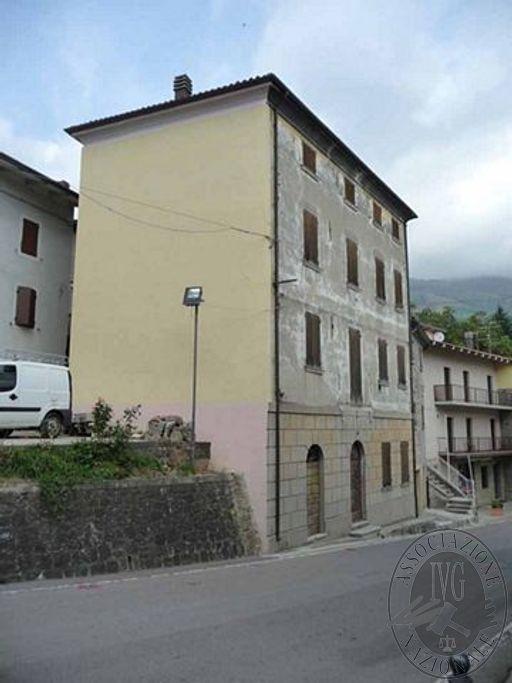 Appartamento al piano secondo e terzo con cantina in Collagna (RE)