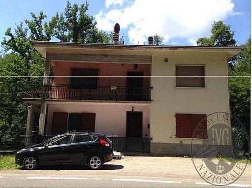 Appartamento al secondo piano con piccolo terreno in Castelnuovo Ne' Monti (RE)