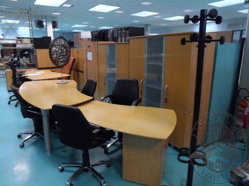 Fall. Geifin Spa n. 44/2018 - Arredo ufficio completo scrivanie con cassettiere, poltroncine, armadi, mobiletti, due divani pelle nera, attaccapanni e lampade
