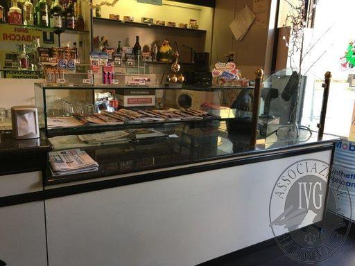 Banco con retrobanco da bar completo di vetrine e accessori incorporati