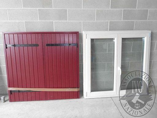 Una finestra a 2 ante, con triplo vetro e struttura in legno-alluminio - LOTTO 3